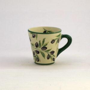 Lena Linderholms designade koniska mugg med svarta oliver på stjälk med gröna blad. Örat på koppen är målad i mörkt grönt. Bottenfärgen på muggen är begievit med handmålade svarta oliver på kvist. Det finns även en handmålad olivkvist inne i muggen. Muggen rymmer 4 dl vätska och är 10 cm hög. Svensk design, Produceras i Portugal.