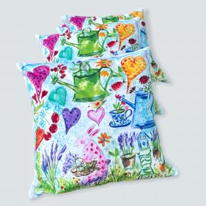 En glädjens kudde i konstsammet. Färgpalettens samtliga färger finns med på detta kuddfodral, men ljustblått, gult, organge, rött, grönt. Motiven är mamma kanin, vattenkanna, hjärtan, blommor och nyckelpigor. Denna kudde blir alla glada av och kan gkädjas med i många år. Designen är Svenska konstnärinnan Lena Linderholm.
