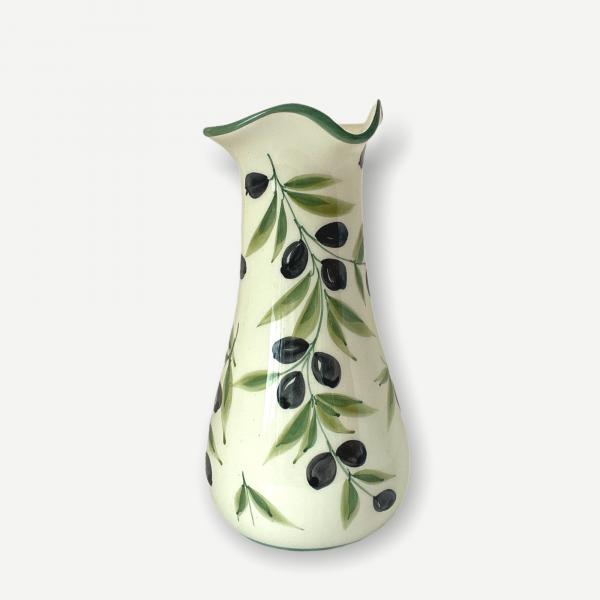 En vinkaraff i Lena Linderholms design Olivia. Svarta oliver med gröna kvistar.Vit beige botten på keramiken som är i fajans. Karaffen rymmer 0,65 l och är unik i sitt slag