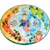 En underbart ovalt fat i Lena Linderholm serie Happy girl. Fatet är målat för hand och har en flicka i lila klänning med en fågel på huvudet. Fatet är färgrikt och har fjärilar blommor och citroner i glasyren. Bottenfärgen är ljusblå, röd och gul.