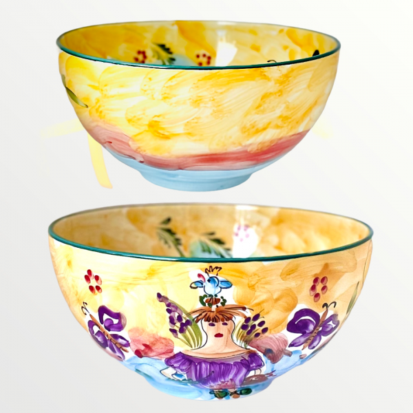 En unikt handmålad skål i keramik designad av konstnärinnan Lena Linderholm. Färgerna är mjuka i ockra gul och dimblå. Den rymmer 3 l vätska och är unik i sitt slag.