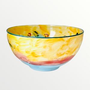 En unik skål i Lena Linderholms kollektion Happy girl. Handmålad med en färgkombination av ockragult, dimblå olivkvistar, fjärilar, och blommor. Utanpå skålen finns en flicka som vi kallar för happy girl, hon har en fågel på sitt huvud och en lila klänning.