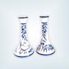 Ljusstakar i keramik med en fågel målad på foten och kvistar i blått med blå oliver. Färgen blå är mellanblå och det är även fågel som vi kallar havsörn. Det är målat blått runt kanten längst upp på ljusstaken och längst ner på ljusstaken. Den är 19 cm hög och väldigt vacker.