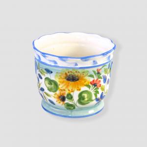 En ljuvligt fin ytterkruta i ljusa färger med en svagt vågig kant. Ljusblå kanter med vita inslag. Målningen som är gjord för hand på fajans keramik är blommor i form av solrosor i gult och vallmoblommor i rött. Ljusgröna blad. En helt ljuvlig skir blomkruka som kommer att höja ditt fönster.