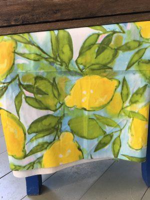 En underbar vaxduk med gula citroner och gröna blad. Underliggande fär är blåvitgrön. Designad av konstnärinnan Lena Linderholm. Duken är tillverkad i vaxtyg och går att torka av med en trasa samt tvätta lätt i 30graders tvätt. Den går att stryka på svag värme på baksidan.